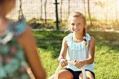 获得快乐的孩子在操场的乐趣 免版税库存照片