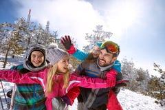 获得快乐的家庭在滑雪的乐趣 库存图片