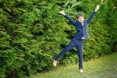 获得快乐的小男孩乐趣户外 免版税库存照片
