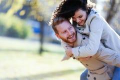 获得快乐的年轻的夫妇乐趣在日期 库存照片