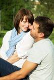 获得快乐的新的夫妇乐趣 免版税库存图片