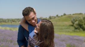 获得快乐的混合的族种的夫妇乐趣户外 股票录像