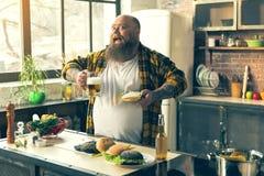 获得快乐的肥胖的人乐趣用不健康的食物 免版税库存照片