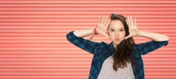 获得愉快的十几岁的女孩做面孔和乐趣 免版税库存照片