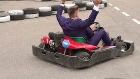 获得愉快的商人在一条赛马跑道的乐趣 影视素材