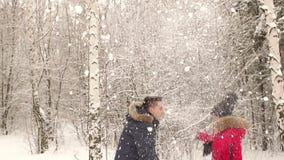 获得愉快的夫妇一起演奏雪球的乐趣 影视素材