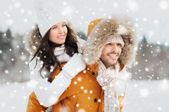 获得愉快的夫妇在冬天背景的乐趣 免版税库存照片