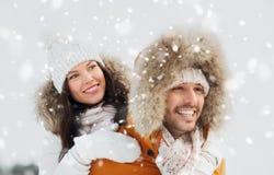 获得愉快的夫妇在冬天背景的乐趣 免版税库存图片