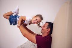 """获得愉快的家庭†""""微笑的父亲和的女儿乐趣一起 免版税库存照片"""