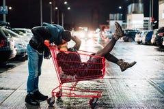 获得愉快的年轻的夫妇画象乐趣 免版税图库摄影