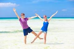获得愉快的新的夫妇在海滩的乐趣 库存图片
