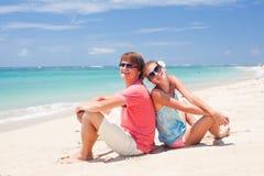 获得愉快的新的夫妇在海滩的乐趣 免版税库存照片