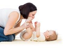 获得愉快的母亲与她的男婴婴儿的乐趣 库存照片