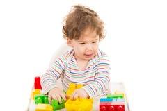 获得愉快的男孩与玩具的乐趣 免版税库存照片