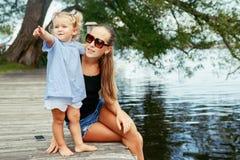 获得愉快的白白种人母亲和女儿的孩子乐趣外面 免版税库存图片