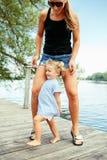 获得愉快的白白种人母亲和女儿的孩子乐趣外面 图库摄影