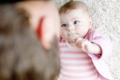 获得愉快的骄傲的年轻的父亲与新出生的小女儿,家庭画象的乐趣一起 有女婴的,爱爸爸 新 免版税库存图片