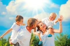 获得愉快的年轻的家庭乐趣一起 免版税库存照片