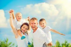 获得愉快的年轻的家庭乐趣一起 图库摄影