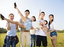 获得愉快的年轻的小组乐趣一起 免版税库存图片