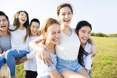 获得愉快的年轻的小组乐趣一起 库存图片