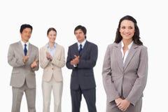 获得掌声的女实业家由同事 免版税库存照片