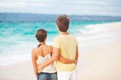 获得新愉快的夫妇在热带海滩的乐趣。 蜜月 免版税库存照片