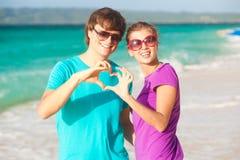 获得新愉快的夫妇在热带海滩的乐趣。 免版税库存图片
