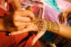 获得无刺指甲花印第安婚礼的应用的新娘 库存照片