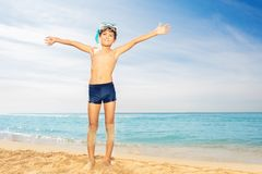 获得水肺的面具的逗人喜爱的男孩在海滩的乐趣 库存图片