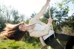 获得浪漫的女孩在摇摆的乐趣 库存图片