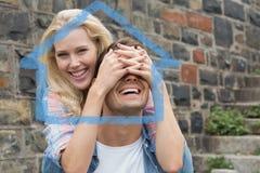 获得熟悉内情的年轻的夫妇的综合图象乐趣 图库摄影