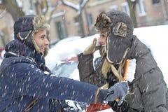 获得爱恋的夫妇冬天乐趣 免版税图库摄影