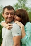 获得爱恋的夫妇拥抱和乐趣 库存图片