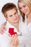 获得爱环形的夫妇订婚 库存图片