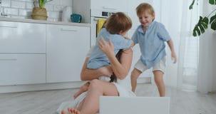 获得爱的母亲和的孩子拥抱和演奏坐地板的乐趣 乐趣和幸福家庭 以后比赛 影视素材