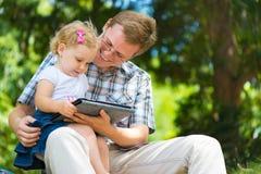 年轻获得父亲和小的女儿乐趣 库存图片