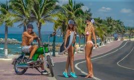获得男孩和女孩的冲浪者乐趣 免版税库存图片