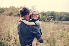 获得白种人的爸爸与女儿的乐趣 图库摄影