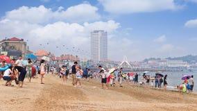 获得的中国人民在海滩的乐趣,烟台,中国 免版税库存图片