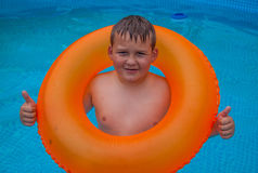 获得的乐趣男孩在游泳池 库存照片
