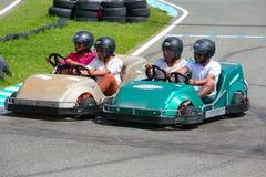 获得的人们在去推车的乐趣 夏季 免版税库存图片