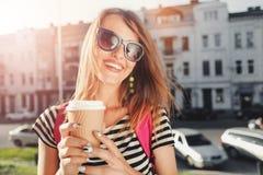 获得的太阳镜的俏丽的女孩乐趣 库存照片