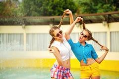 获得的太阳镜的青少年的女孩乐趣 免版税库存照片