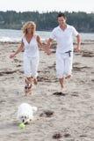获得的夫妇和的宠物乐趣 库存照片