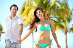 获得的夫妇在海滩的乐趣 免版税库存照片