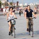 获得的夫妇在自行车的乐趣 免版税库存图片