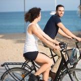 获得的夫妇在自行车的乐趣 免版税库存照片