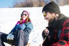 获得的夫妇在雪撬的乐趣 免版税库存图片