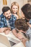 获得的夫妇说谎在地板上和乐趣 免版税库存照片